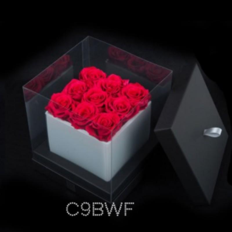 cube blanc 9 roses fushias boite noire